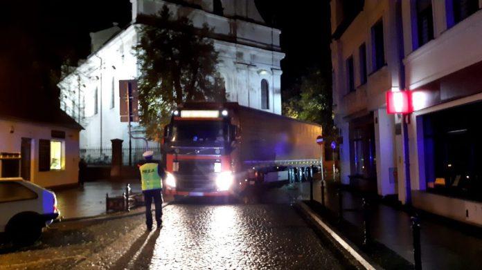 foto. KPP Wolsztyn / Zignorował zakaz! Wjechał ciężarówką do centrum Wolsztyna