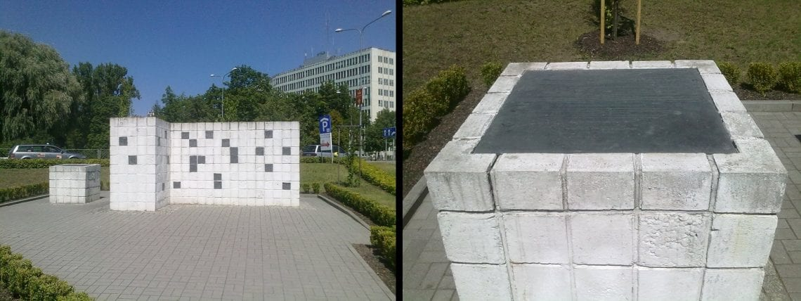 Nieopodal kamienicy stoi pomnik upamiętniający Żydów zabitych 4 lipca 1946 r.