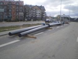 Budowa linii tramwajowej przy ulicy Płoskiego (17 kwietnia 2015) - słupy trakcyjne