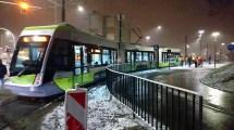 Solaris Tramino Olsztyn S111O #3001 wjeżdża na przystanek Szpital Wojewódzki podczas trzeciego przejazdu próbnego (23 listopada 2015)