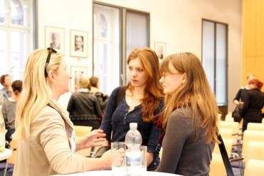 Sabine Fricke im Gespräch (Foto: Tanja Schmith)