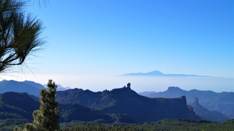 Roque Nublo, Roque Bentayga und dahinter der Teide von Teneriffa