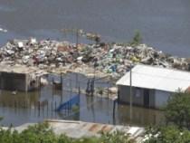 Tonnen von Müll im Rio Paraguay