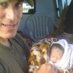 Soldat fungiert als Geburtshelfer