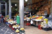 Markt mit vielen frischen Obstsorten & exotischen Früchten