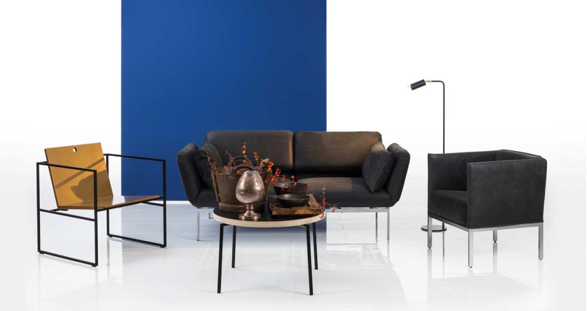 Das Design Sofa roro von Brühl. Das vielseitige Modell lässt Sie Größe, Stoff, Leder und mehr bestimmen. Vieles ist möglich: Wohnlandschaft, Sofa, Ecksofa, Sessel oder Hocker. Das Funktionssofa roro können Sie für jeden Raum einsetzen: Wohnzimmer, Büro und mehr. Hier zu sehen, das Relaxsofa roro medium ist in schwarzem Leder, sowie auch der Sessel Randolph.