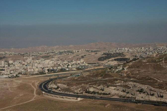 Foto Ja, da hinten im Dunst liegt auch schon Jordanien.