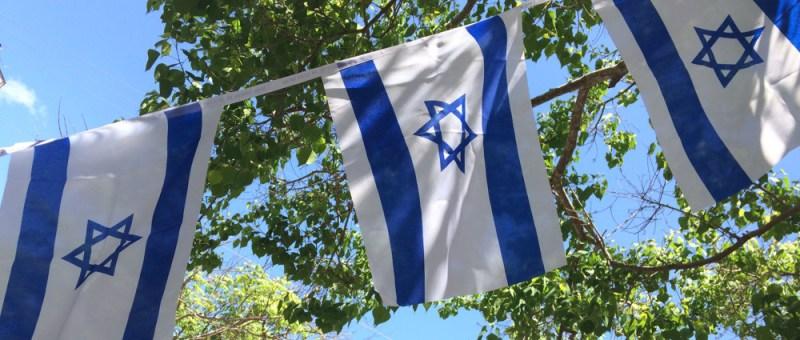 Foto Israelische Flaggen vor Grün und Blau