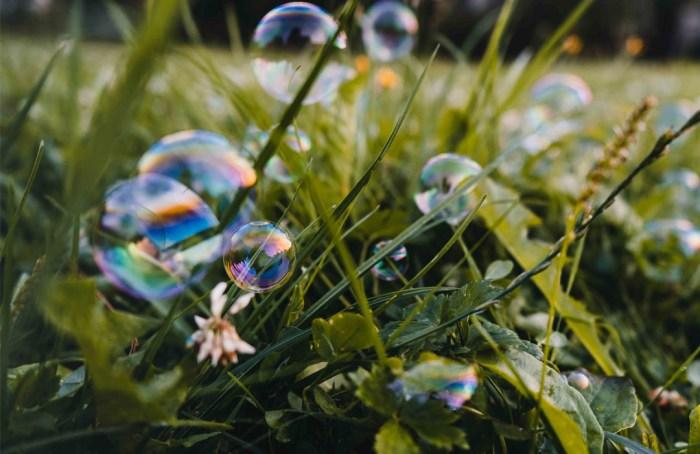 Un dron que lanza burbujas de jabón podría sustituir a las abejas