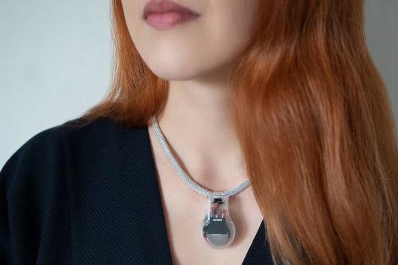 La NASA inventa un collar que vibra si te vas a tocar la cara