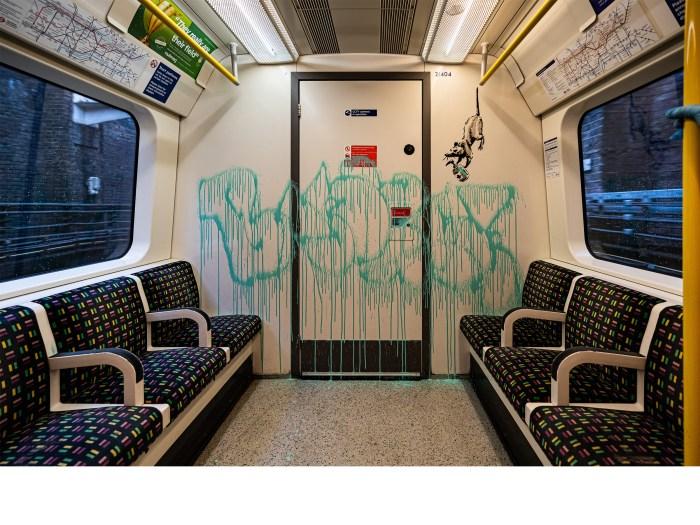 Banksy interviene el metro de Londres para recordarnos el uso del cubrebocas