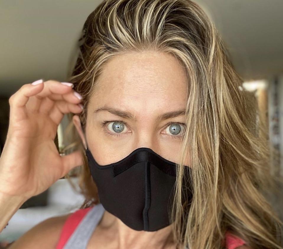 #WearADamnMask: Jennifer Aniston, Anne Hathaway y otros famosos te piden que uses mascarilla