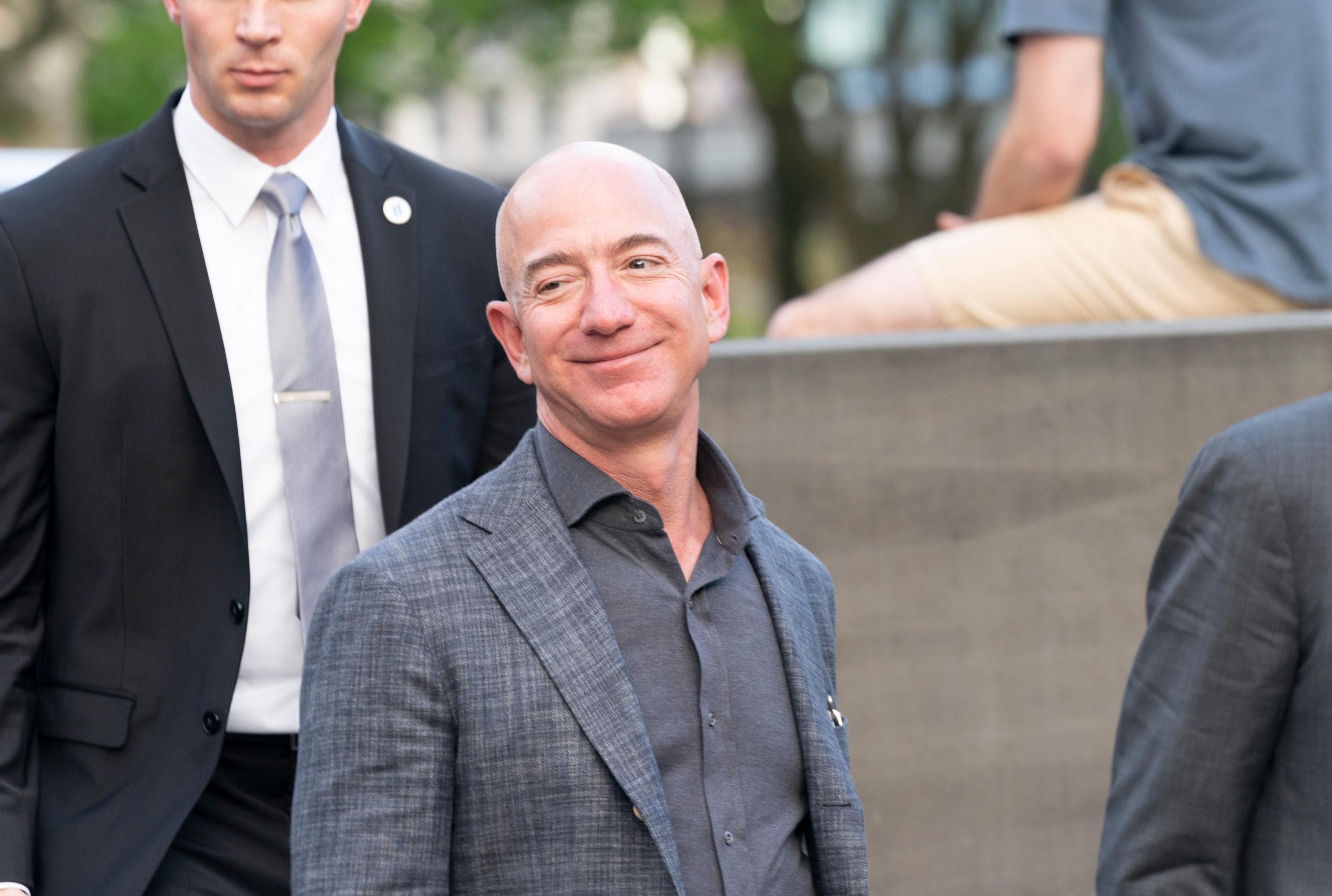 La regla del silencio incómodo que usan Jeff Bezos, Tim Cook e incluso Steve Jobs
