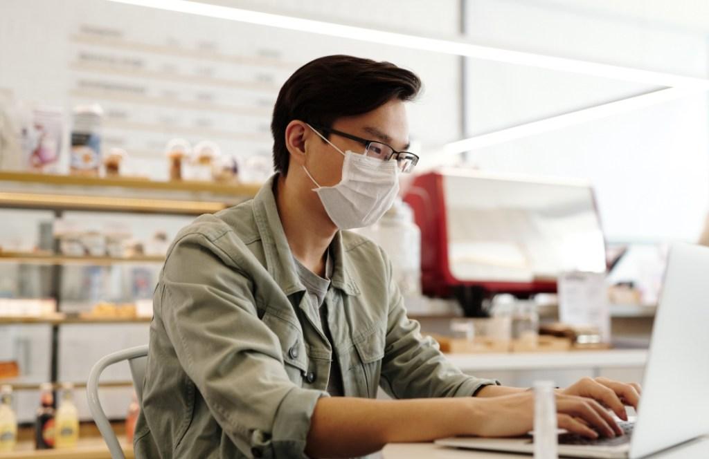Trucos para comprobar que tu cubrebocas es eficaz contra el coronavirus