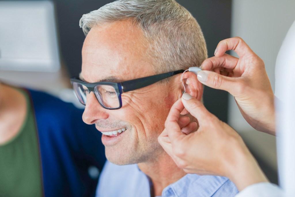 Estos audífonos permiten escuchar mejor mientras hablamos con cubrebocas