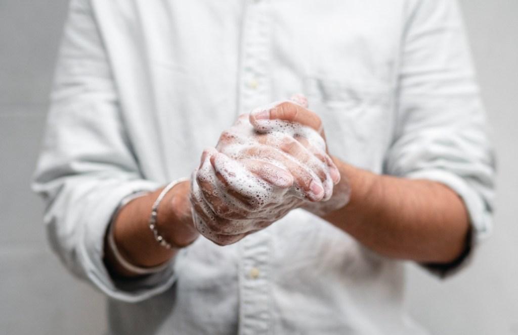 Cómo cuidar y reparar las manos dañadas por el uso excesivo de gel antibacterial y jabón