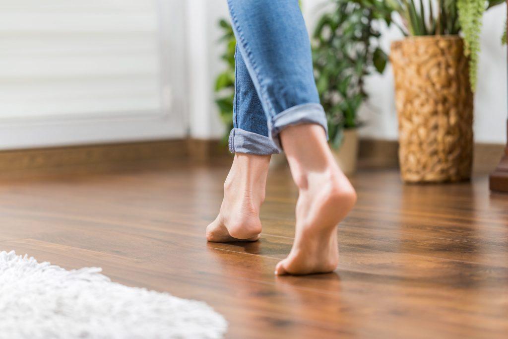Cómo lograr caminar 10 mil pasos al día aun estando en casa