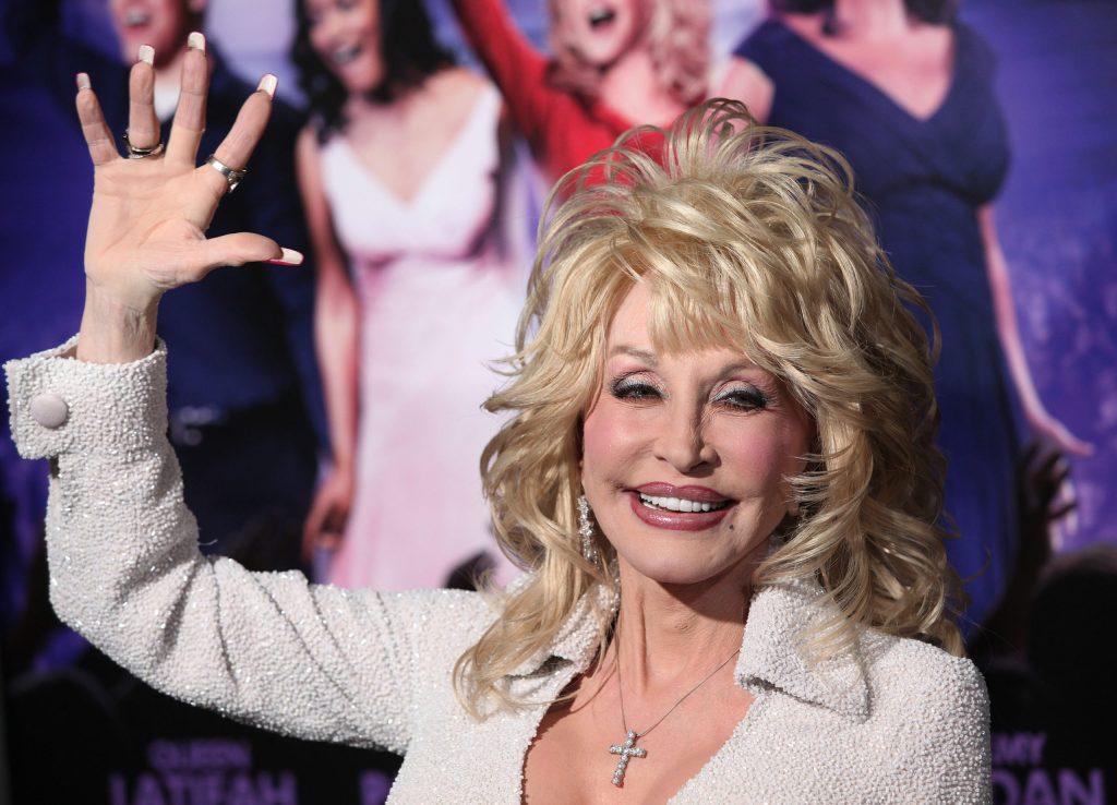 Sin saberlo, Dolly Parton financió con 1 mdd la creación de la vacuna contra el coronavirus