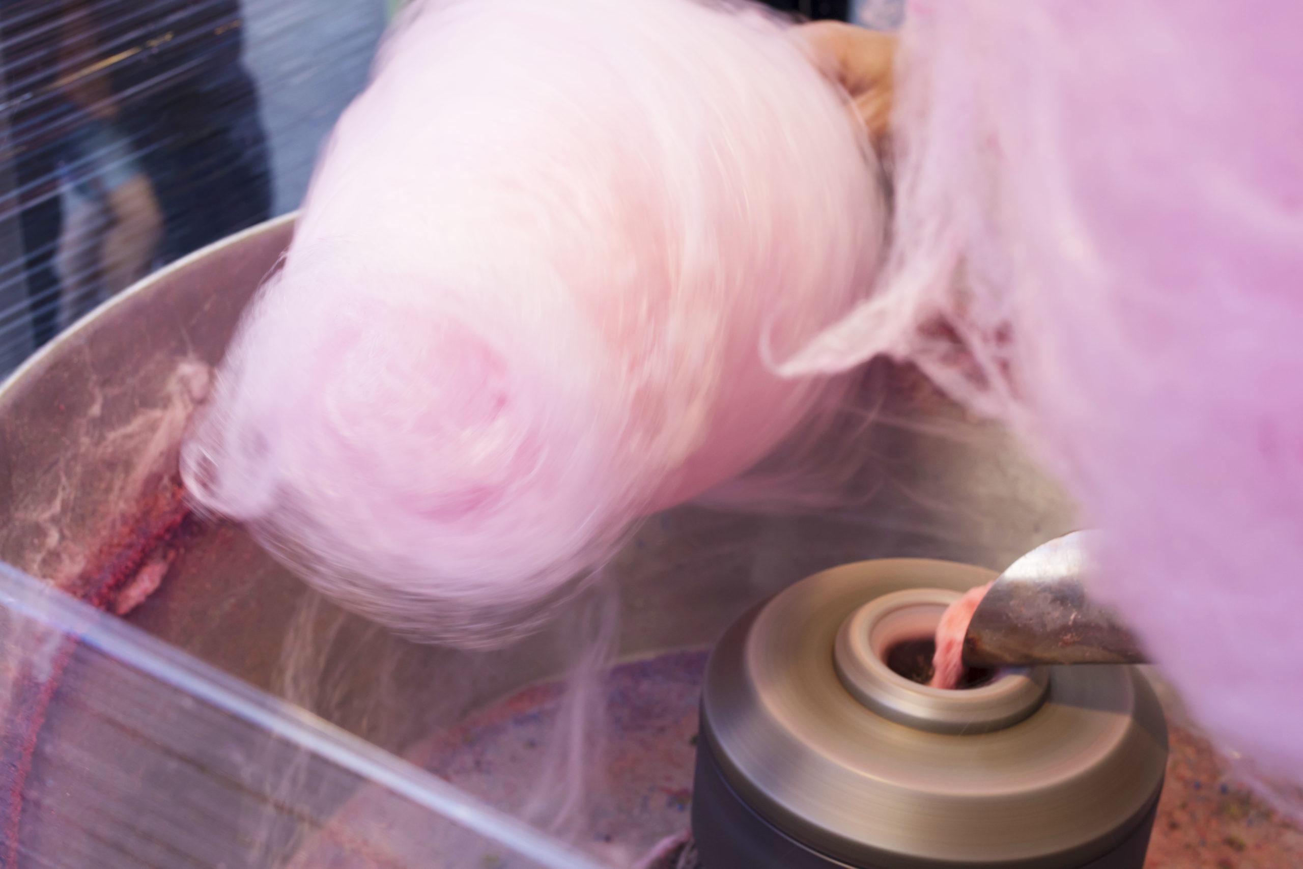 Crean filtros para cubrebocas con máquina de algodón de azúcar