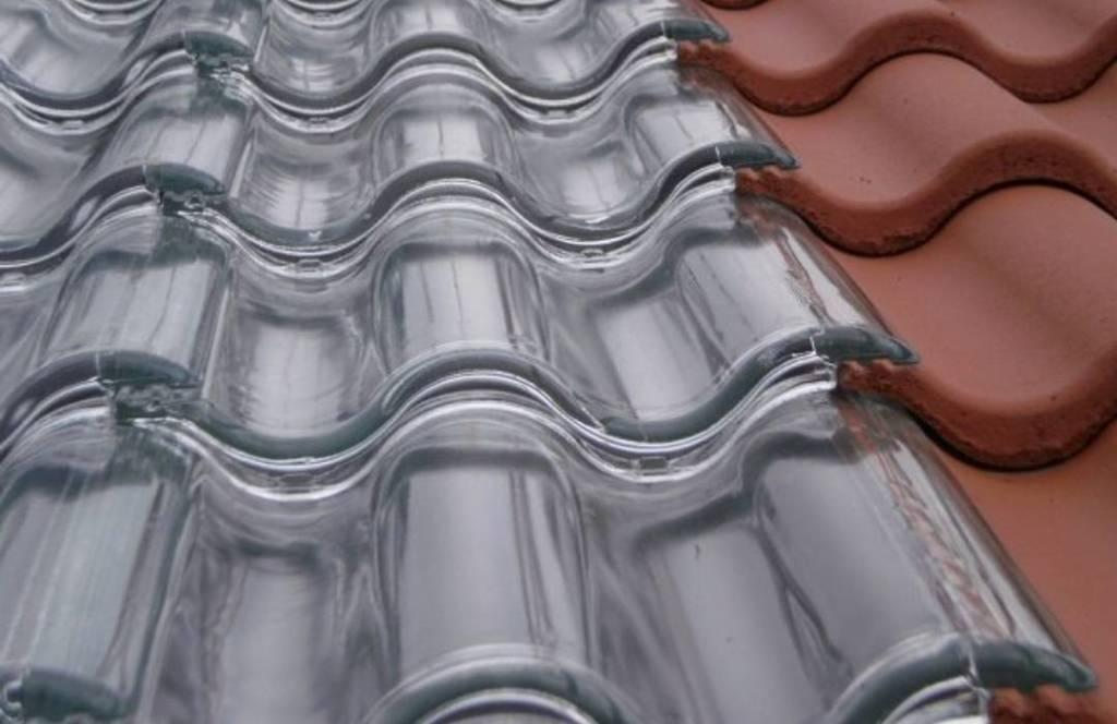Tejas de vidrio que generan energía solar
