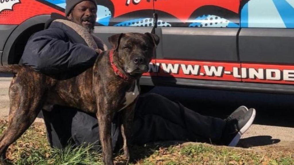 Hombre sin hogar rescata a animales de un refugio en llamas