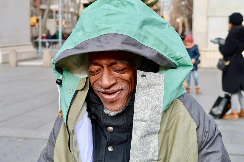 Este diseñador diseña chaquetas que se vuelven sacos de dormir para personas sin hogar