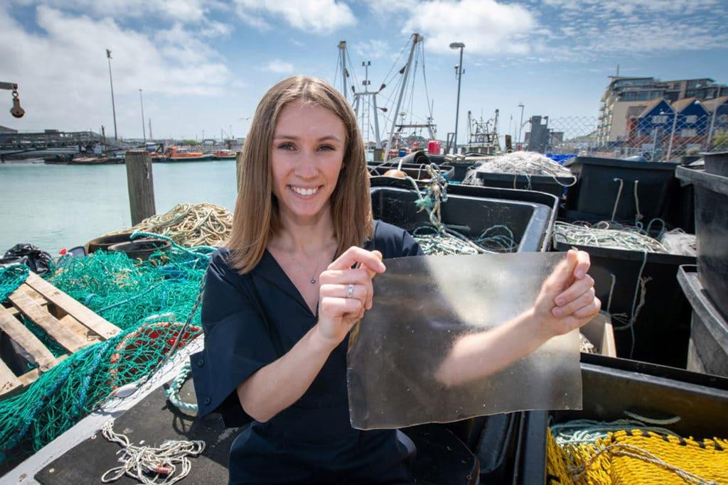 Convierten desechos de pescado en plástico biodegradable