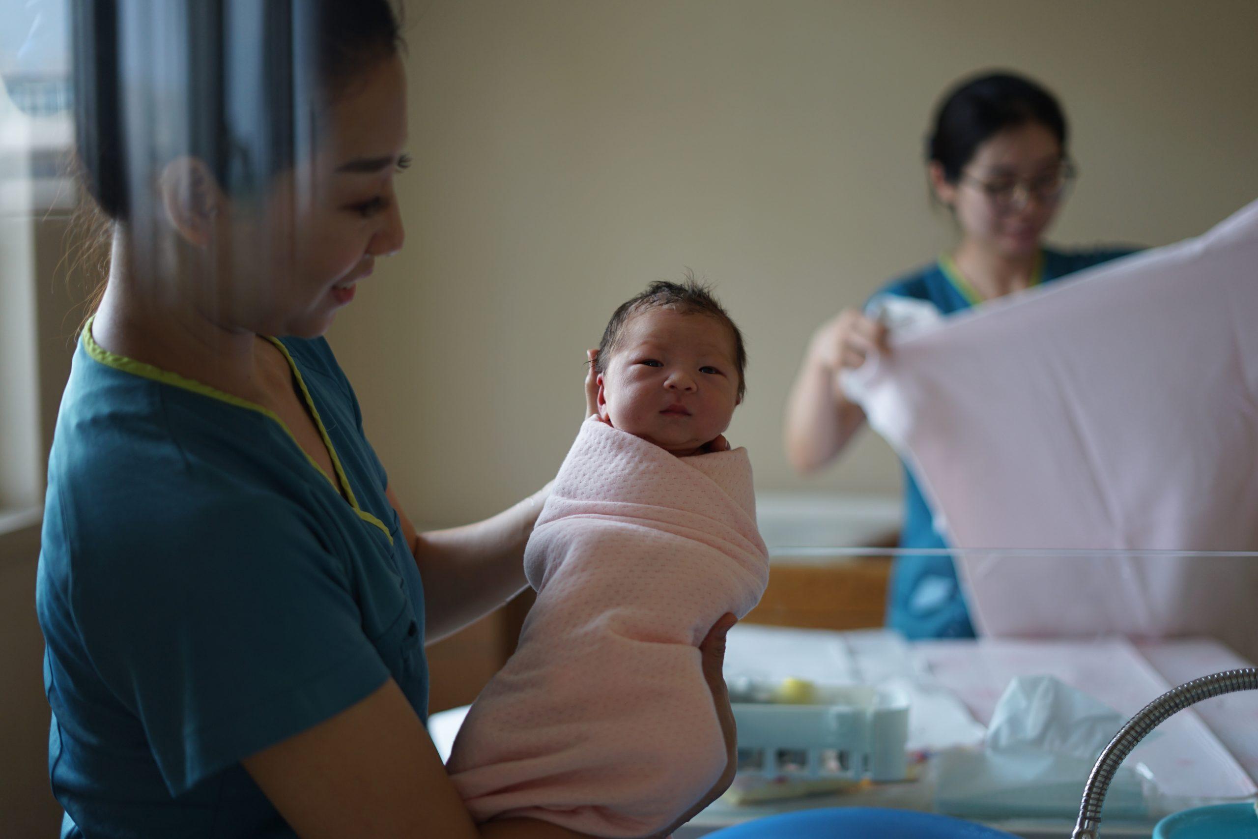 """Los parejas chinas ya tienen """"permiso"""" de tener más de 2 hijos"""