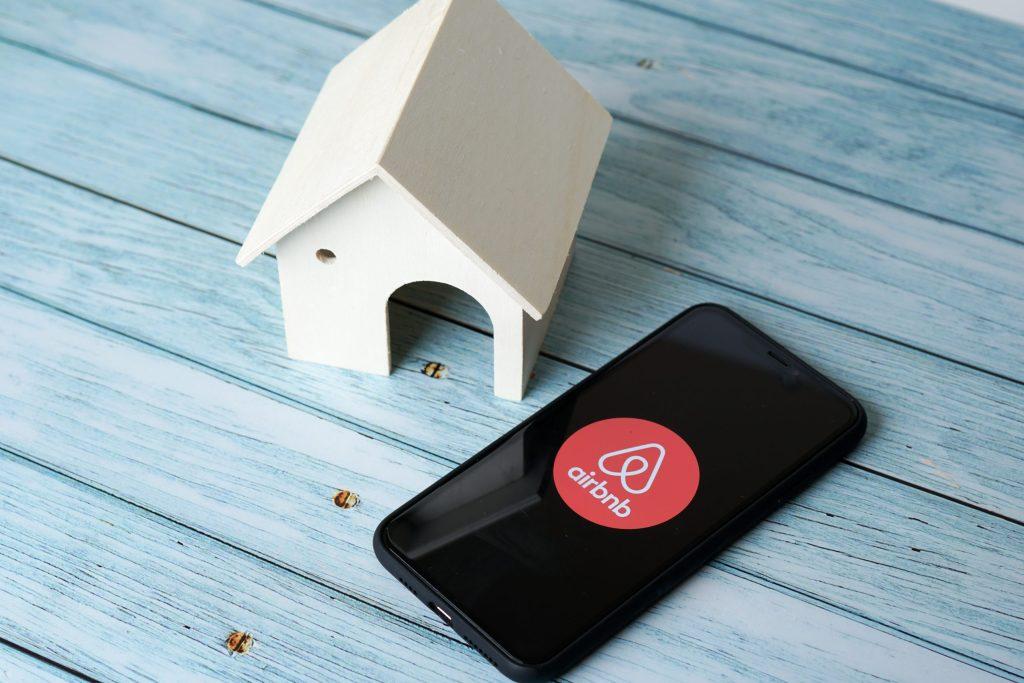 ¡Gran iniciativa! Airbnb ofrece hospedaje gratuito a refugiados de Afganistán