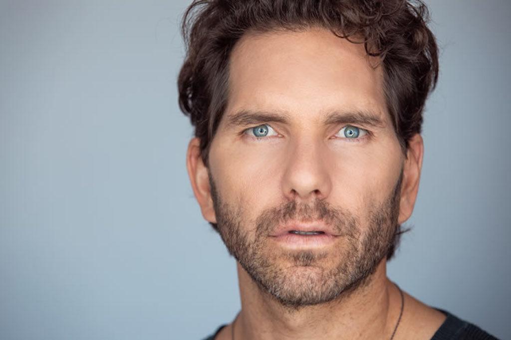 El actor de Club de Cuervos, Arap Bethke, promueve una vida enfocada en el consumo responsable
