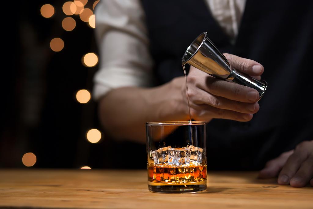 ¡Salud! Crean whisky sostenible para combatir el cambio climático
