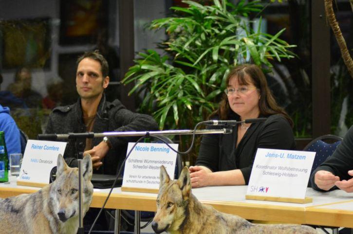 Auf dem Podium: Links Wolfsberater Olaf Göpfert und rechts Nicole Benning von der Schäferei Wümmeniederung (Foto: Vogler)