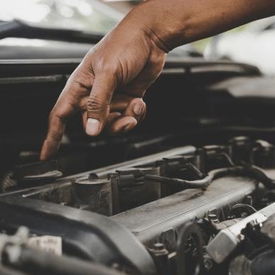Slitiny titanu ve spalovacích motorech s vnitřním spalováním umožňuje snížení jejich hmotnosti, zvýšení účinnosti a optimalizaci spotřeby paliva