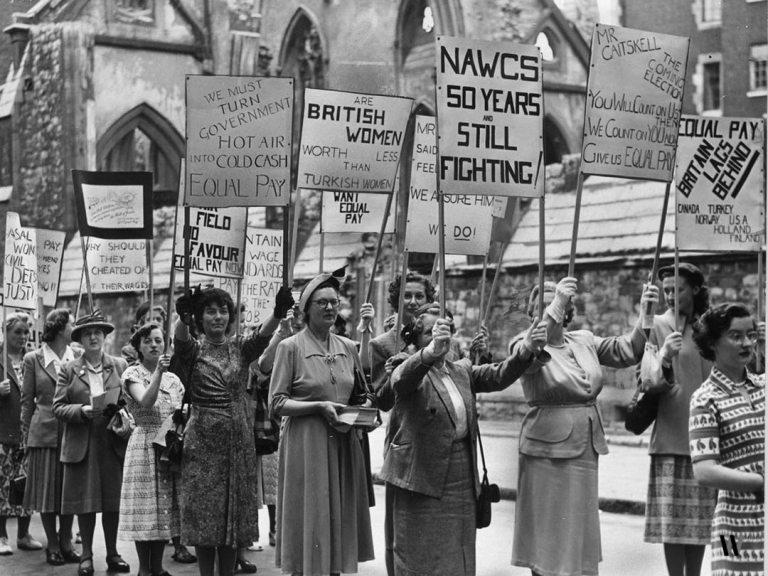 1930 da İngiltere'de kadınların yaptığı bir miting.