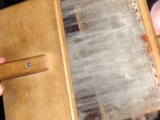 Je kunt zien dat een kaardbord bestaat uit een plank met spijkers/naalden.