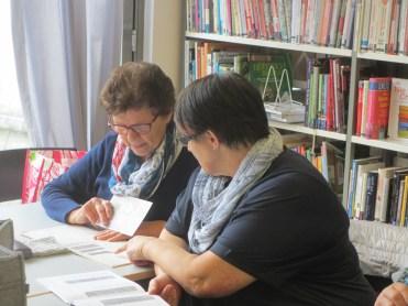 Greti und Annemarie arbeiten eine neue Musterkombination aus