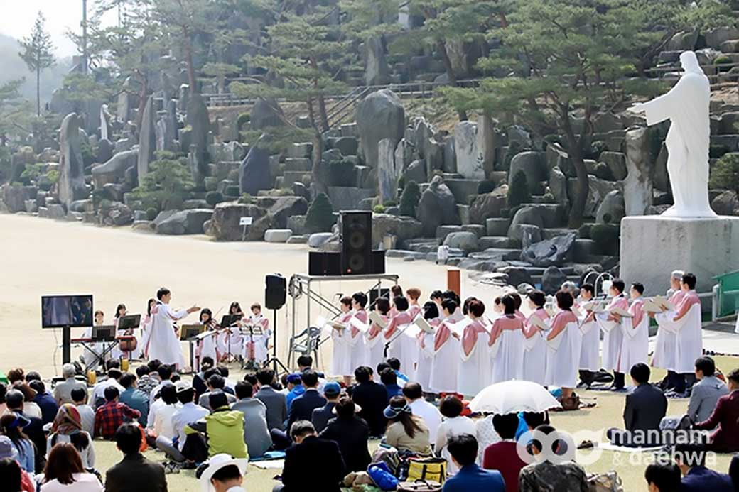 Wolmyeongdong Church choir sing hymns to glorify God on the lawn sanctuary of Wolmyeongdong during spring