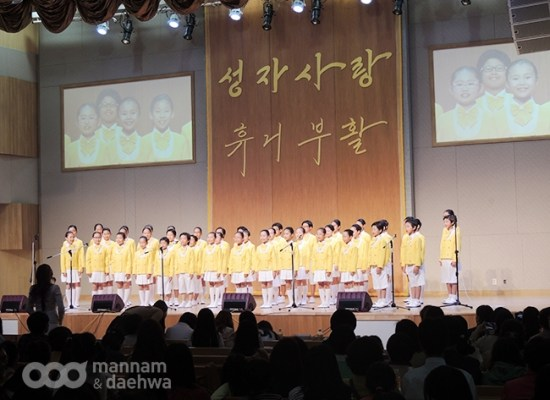 Children give glory to God through praise in Wolmyeongdong for the festival of art and praise