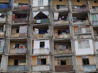 To nie Salvador Dali. Tak wygląda przeciętny blok mieszkalny w Tbilisi.