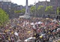 Protest w Amsterdamie przeciwko obostrzeniom