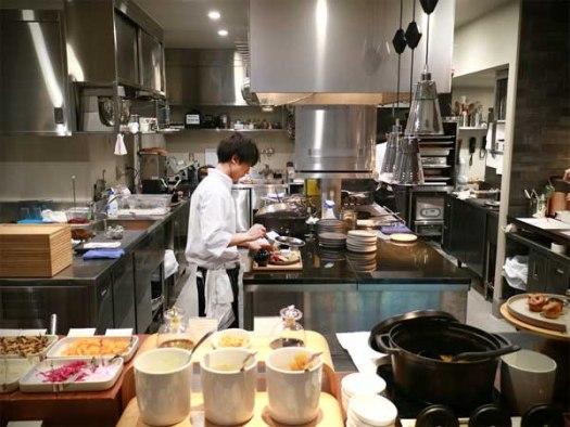 NOHGA HOTEL UENO内「Bistro NOHGA」の朝ごはん準備中の厨房スタッフ