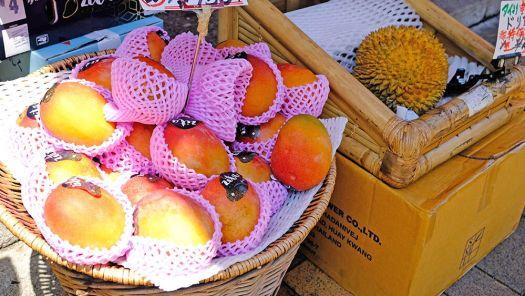 「イマノフルーツファクトリー」の店先に売っていたマンゴーとドリアン