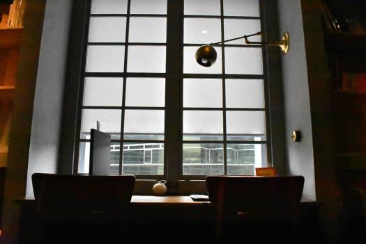 梟書茶房の図書エリアの窓