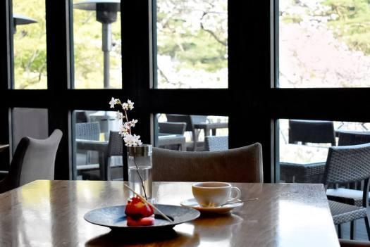 八芳園「Thrush Cafe」のいちごのタルトと紅茶