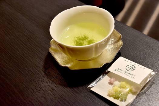 「ホテル1899東京」のウェルカムドリンクのお茶とお菓子