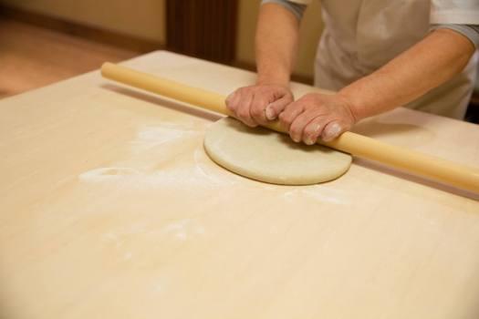 手打ち蕎麦やなかの蕎麦打ち体験の蕎麦伸ばし
