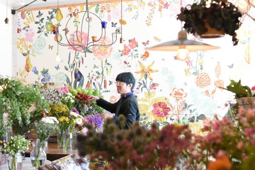 DEAR, FOLKS & FLOWERSの店内に立つ店主