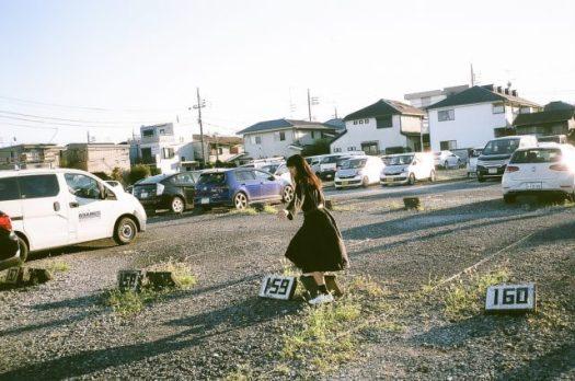 駐車場で遊ぶ女性