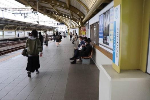 豪徳寺駅のホーム上で待っている人