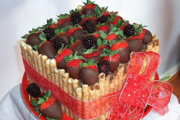 Как украсить торт фруктами?